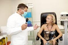 Doctor, examinando a un paciente Foto de archivo libre de regalías