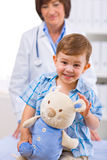 Doctor examining child Royalty Free Stock Photos