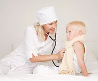 Doctor examining a child Royalty Free Stock Images