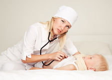 Doctor examining a child Royalty Free Stock Photos