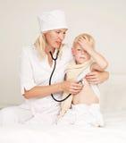 Doctor examining a child Royalty Free Stock Photos
