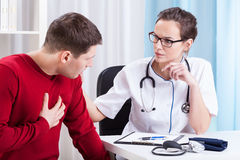 Doctor examining patient Royalty Free Stock Photos