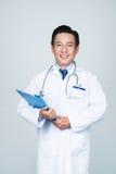 Doctor experimentado sonriente Foto de archivo libre de regalías
