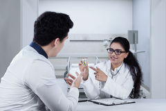 Doctor explaining drugs to patient Royalty Free Stock Photos