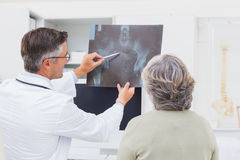 Doctor explaining x-ray to female patient Royalty Free Stock Photos
