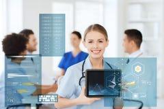 Doctor feliz con la carta en la PC de la tableta en el hospital Foto de archivo libre de regalías