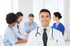 Doctor feliz sobre el grupo de médicos en el hospital Fotos de archivo libres de regalías