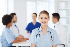 Doctor feliz sobre el grupo de médicos en el hospital Imagen de archivo