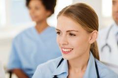 Doctor feliz sobre el grupo de médicos en el hospital Imagen de archivo libre de regalías