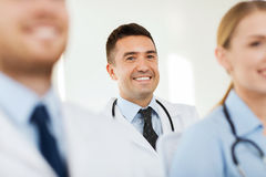 Doctor feliz sobre el grupo de médicos en el hospital Foto de archivo