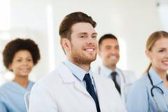 Doctor feliz sobre el grupo de médicos en el hospital Fotos de archivo