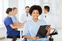 Doctor feliz sobre el grupo de médicos en el hospital Fotografía de archivo