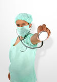 Doctor (foco en la mano con el estetoscopio) fotografía de archivo libre de regalías