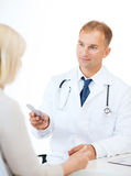 Doctor giving tablets to patient in hospital Royalty Free Stock Photos
