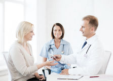 Doctor giving tablets to patient in hospital Royalty Free Stock Photography