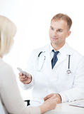 Doctor giving tablets to patient in hospital Royalty Free Stock Images