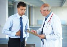 doctor hans inomhus patient for royaltyfri foto