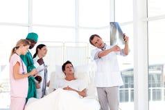 doctor hans patient stråle som visar till x Royaltyfri Foto