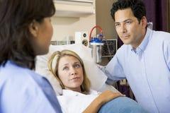 doctor henne gravid samtal för maka till kvinnan Fotografering för Bildbyråer