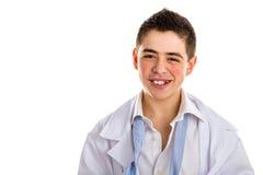 Doctor hermoso del muchacho con la piel granujienta en la capa blanca que desnuda Foto de archivo libre de regalías