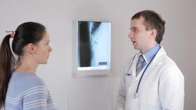Doctor hermoso que habla con su paciente para el chequeo anual en el hospital metrajes