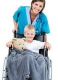 Doctor hermoso que lleva al niño pequeño adorable Fotografía de archivo libre de regalías