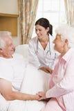 doctor his man senior talking to wife στοκ φωτογραφίες με δικαίωμα ελεύθερης χρήσης