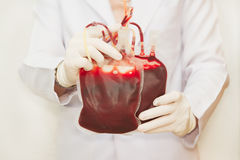 Doctor holding  fresh donar blood for transfusion Royalty Free Stock Photos