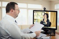Doctor independiente que mira cómo el paciente virtual toma una píldora Imagen de archivo
