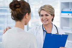 Doctor interacting with patient Royalty Free Stock Photos