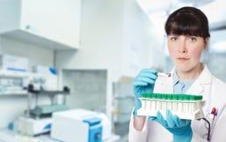 Doctor-interno joven de sexo femenino, tecnología o un científico en faci de la investigación imagen de archivo