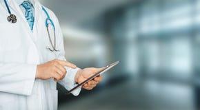 Doctor irreconocible usando la tableta digital en hospital Tecnología global en concepto de la atención sanitaria y de la medicin imágenes de archivo libres de regalías