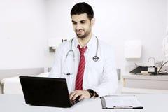 Doctor italiano con el ordenador portátil en el hospital Imagen de archivo