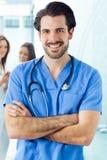 Doctor joven alegre que lleva el suyo para combinar Imágenes de archivo libres de regalías