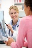 Doctor joven con el paciente femenino Foto de archivo