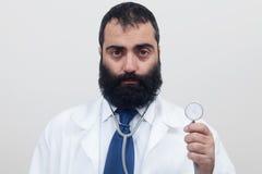 Doctor joven del varón de la barba foto de archivo