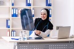 Doctor joven en el hijab que trabaja en la cl?nica fotos de archivo
