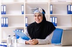 Doctor joven en el hijab que trabaja en la cl?nica imagen de archivo