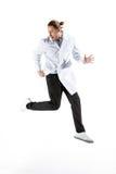 Doctor joven en el salto blanco de la capa Imágenes de archivo libres de regalías
