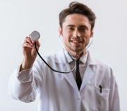 Doctor joven hermoso Foto de archivo libre de regalías