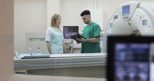 doctor joven 4K y enfermera que discuten diagnosis almacen de video