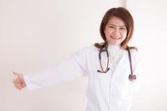 Doctor joven que da los pulgares para arriba imagenes de archivo