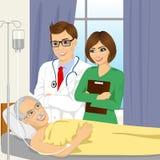 Doctor joven y enfermera de sexo masculino que visitan a un paciente mayor del viejo hombre