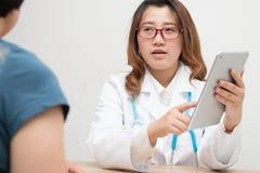 doctor kvinnligtålmodign royaltyfria foton