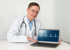 Doctor in lab coat with laptop Royalty Free Stock Photos