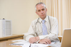 Doctor with laptop in doctor's office Royalty Free Stock Photos