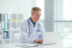 Doctor with laptop Royalty Free Stock Images