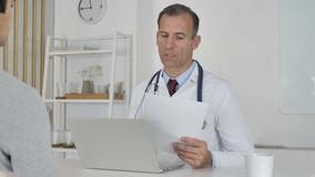 Doctor Listening al paciente y ayuda con problemas de salud metrajes