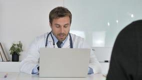 Doctor Listening al paciente y ayuda con problemas de salud almacen de metraje de vídeo