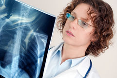 Doctor looking at x-ray image Royalty Free Stock Photography